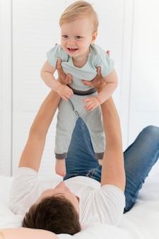 Полный отец держит малыша