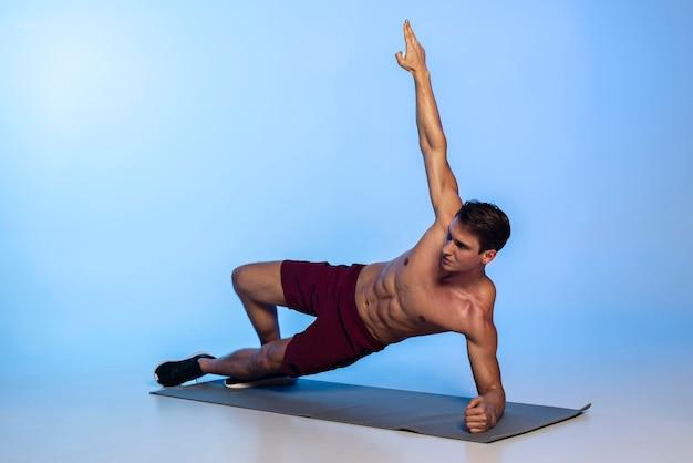 Allenamento completo per uomo in forma fisica