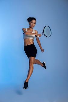 테니스를 치는 전체 샷 맞는 여자