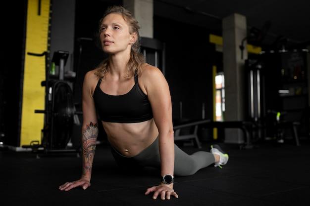 체육관에서 전체 샷 맞는 여성 훈련