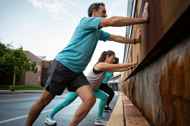 屋外で一緒にスポーツをしているフルショットの友達