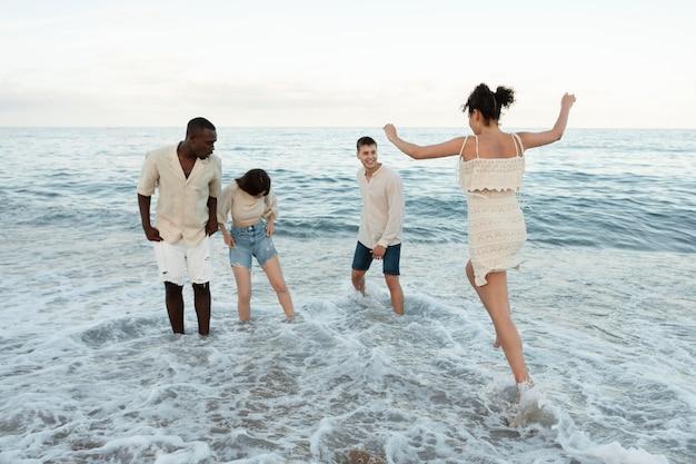 해변에서 즐거운 시간을 보내는 풀샷 친구들