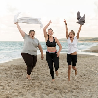 Amici del colpo pieno che funzionano sulla spiaggia
