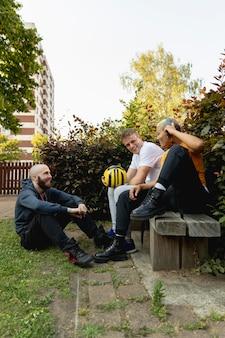 ベンチに座っているフルショットの友達