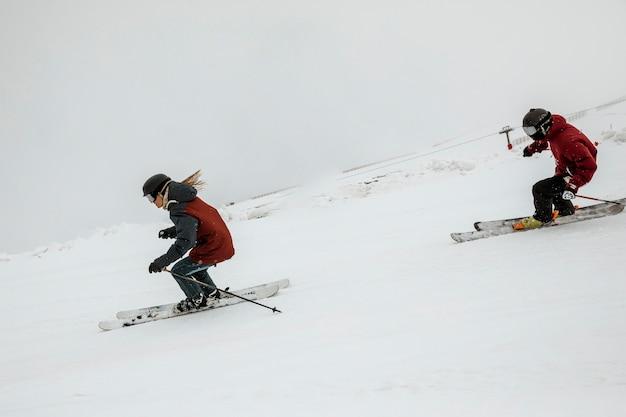 一緒にスキーをするフルショットの友達