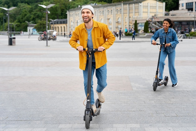 Полноценные друзья со скутерами