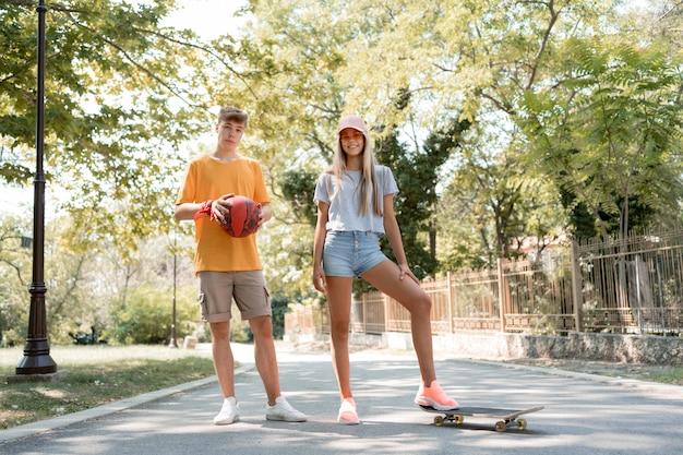 Полный выстрел друзья со скейтбордом и мячом