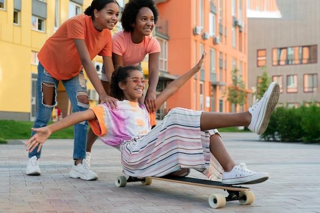 スケートボードでフルショットの友達