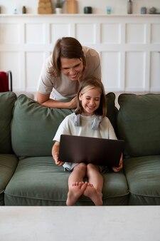 Полный снимок девушка и женщина с ноутбуком
