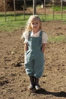 農場でフルショットの女の子