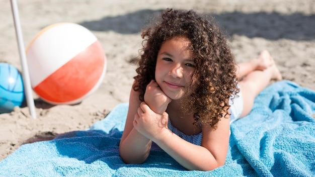 ビーチでフルショットの女の子