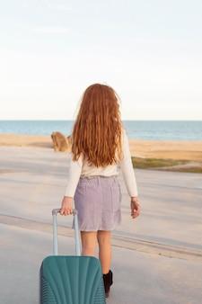 荷物を運ぶフルショットの女の子