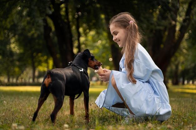 Cane da pastore per ragazza a tutto campo