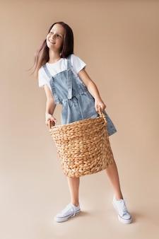 バスケットを保持しているフルショットの女の子