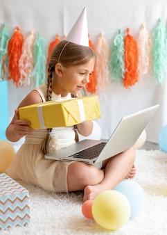 다리에 노트북을 들고 전체 샷 소녀