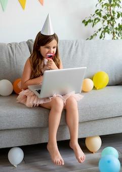 노트북을 들고 전체 샷 소녀