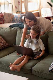 Полный выстрел девушка учится работать на ноутбуке