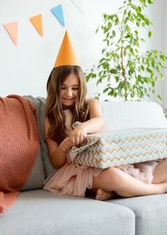 Настоящее открытие полного кадра девушки на диване