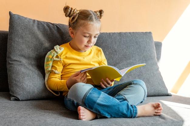 カメレオンで読書フルショットの女の子