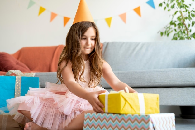 Девушка в полный рост принимает подарок