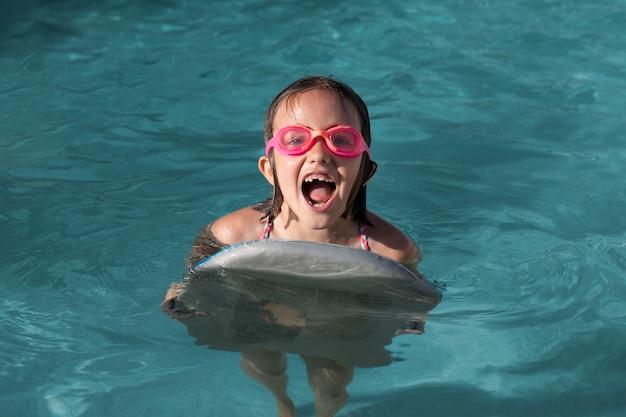ゴーグルを着用したフルショットの女の子 無料写真