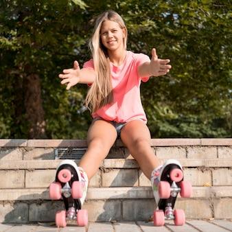 ローラースケートを着てフルショットの女の子