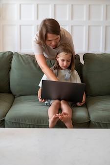 Полная девушка с ноутбуком