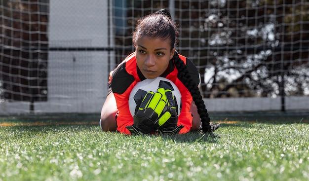 Полный вратарь, держащий мяч