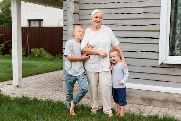 フルショットの祖母と子供たち