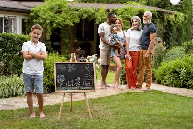 フルショットの幸せな家族と黒板