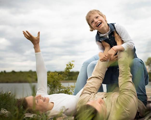 Famiglia felice a tutto campo in natura