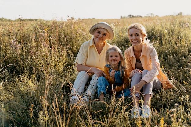 전체 샷 행복 한 가족 야외