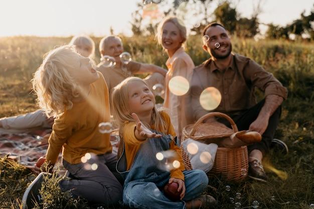 Полный снимок счастливая семья на открытом воздухе
