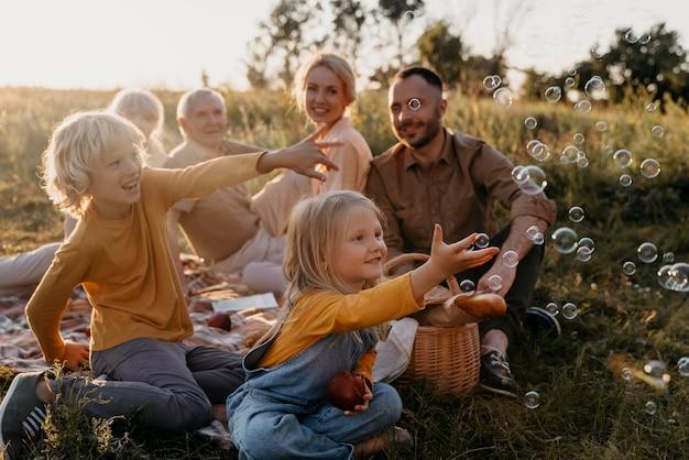 Famiglia felice a tutto campo all'aperto