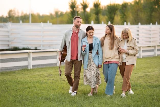 Полная счастливая семья снаружи
