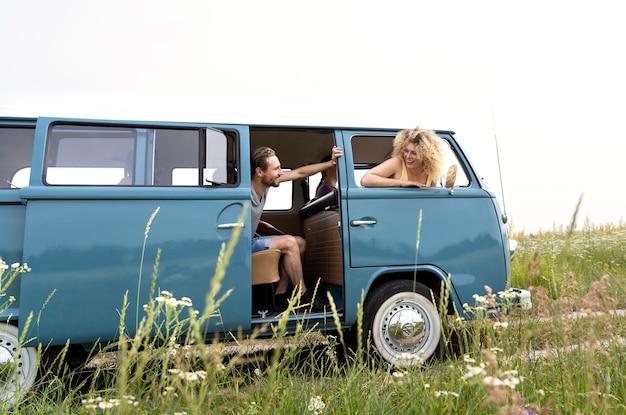 Полный снимок счастливых друзей в фургоне