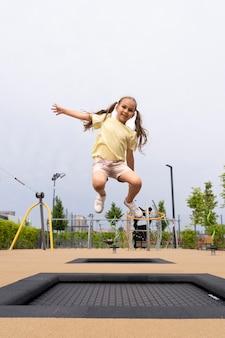 フルショット幸せな女の子のジャンプ