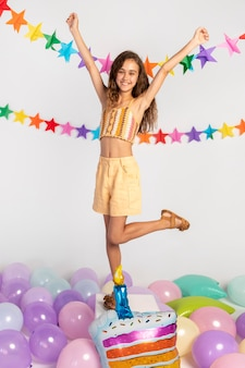 パーティーでフルショットの幸せな女の子のposint