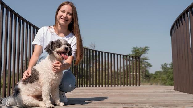 Полный снимок счастливая девушка с милой собакой