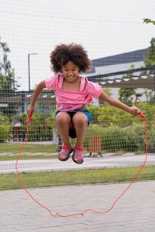 赤いロープでフルショット幸せな女の子