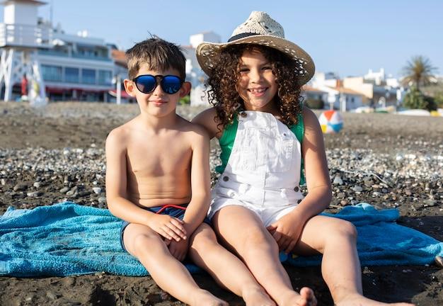 Bambini felici a tutto campo in spiaggia