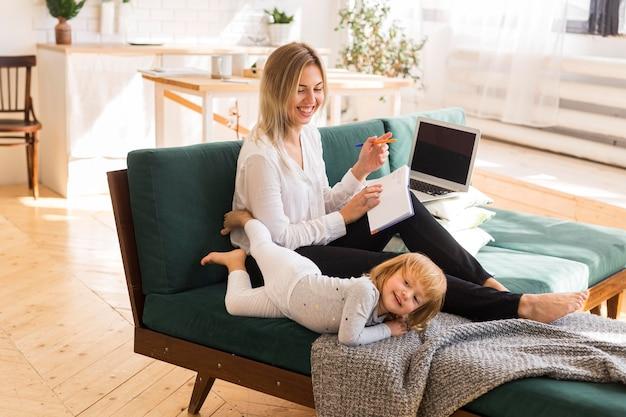 Полный снимок счастливая мать, глядя на ребенка