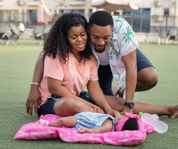 Полный снимок счастливых родителей и малыша
