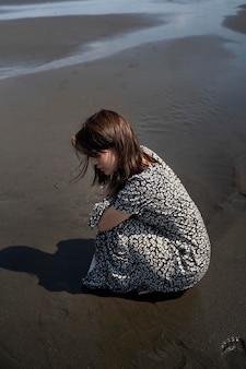 海辺でフルショットの日本人女性