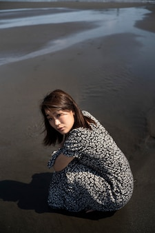 Donna giapponese a tutto campo in spiaggia