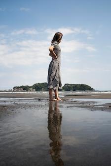 外のフルショット日本人女性