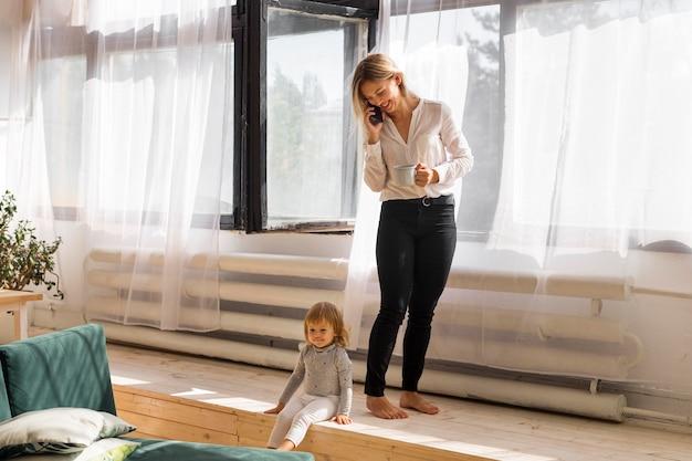 自宅でフルショットの子供と母親