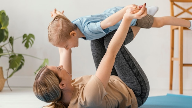 フルショットの子供と女性の運動