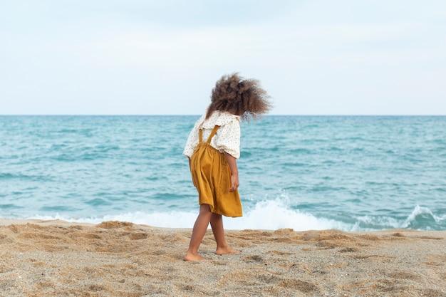 ビーチで楽しんでいるフルショットの子供