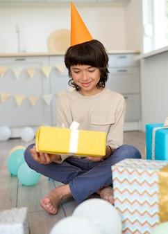Полный ребенок держит подарок
